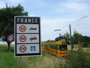La ligne 10 du tramway de Bâle quitte Leymen (en France) pour revenir en Suisse. – CC-BY-NC-ND Pierre-Alexis LARCHER