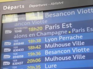 Écran des départs en gare de Belfort. On y remarque la présence d'un TER pour Lyon Perrache. © Pierre-Alexis LARCHER