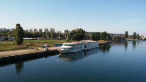 Face à Starlette, la place est suffisante pour accueillir des bateaux de croisière.
